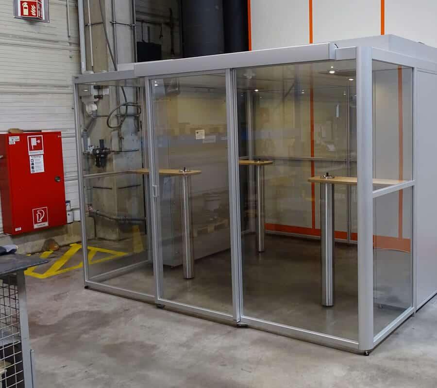 Die Großraum-Raucherkabine SmokeCorner SC 2000 XL für Innenbereiche wird zum technischen Nichtraucherschutz eingesetzt.